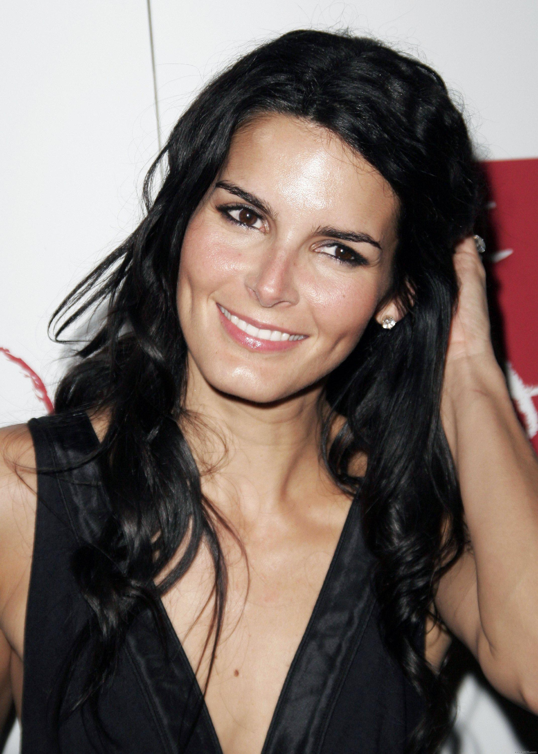 Angie Harmon - Wallpaper Gallery