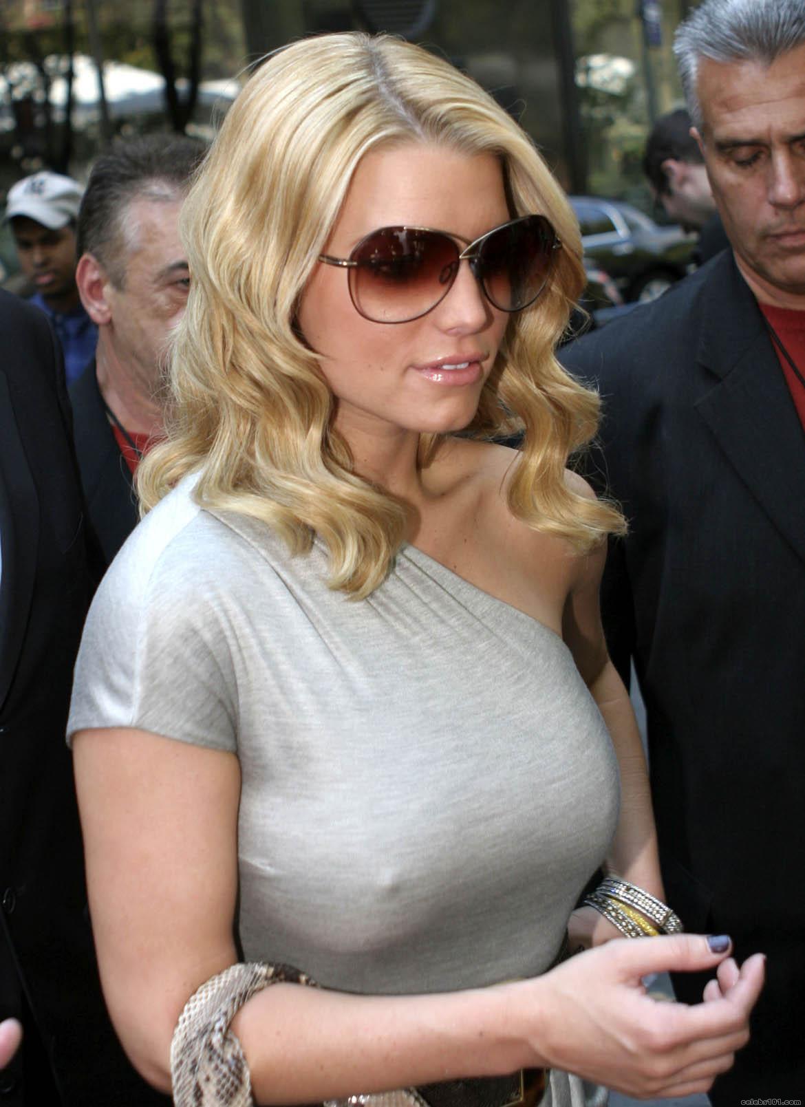 Фото женские соски через рубашку 26 фотография