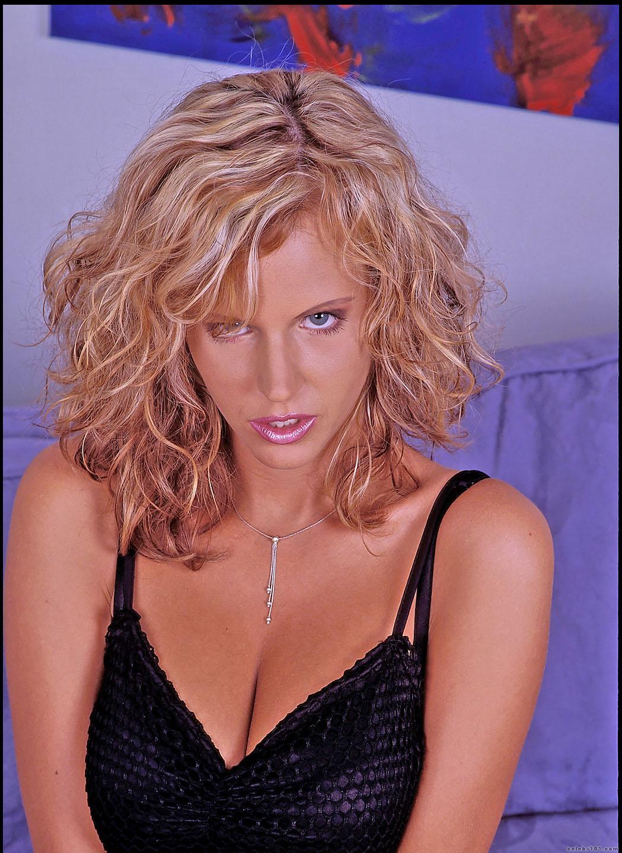 Zuzana Drabinova - High quality image size 1049x1440 of