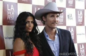 Actor Matthew McConaughey proposes to girlfriend