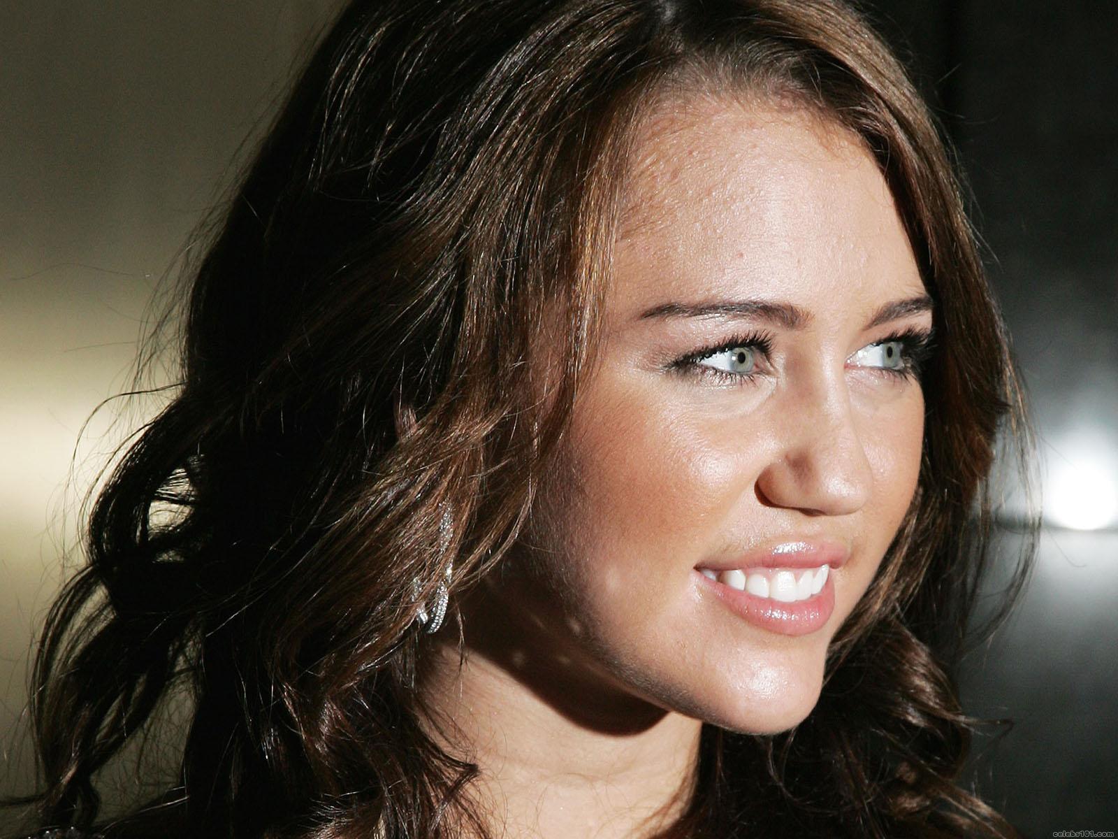 http://www.celebs101.com/wallpapers/Miley_Cyrus/221192/Miley_Cyrus_Hannah_Montana_Wallpaper.jpg