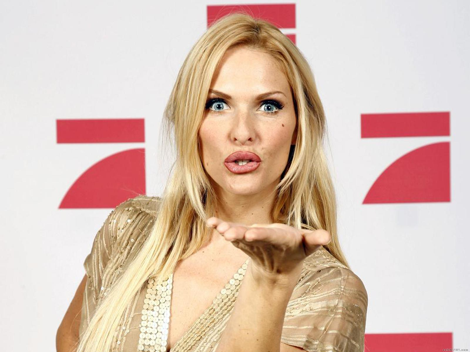 http://www.celebs101.com/wallpapers/Sonya_Kraus/227286/Sonya_Kraus_Wallpaper.jpg